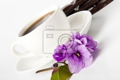 filiżanka kawy, czekolady i fiołków na białym stole