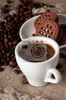 Filiżanka kawy i ciasteczka czekoladowe