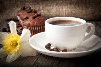 filiżanka kawy i ciasto czekoladowe