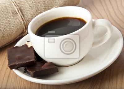 filiżanka kawy i czekolady na ciemnym tle