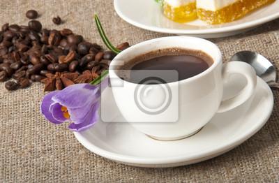 Filiżanka kawy i fioletowy kwiat