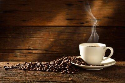 Plakat Filiżanka kawy i ziarna kawy na starym drewnianym tle