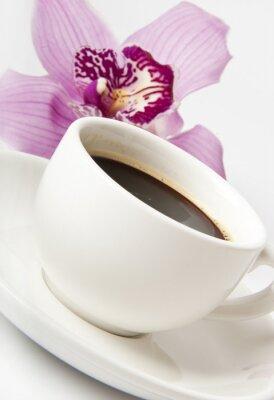 filiżanka kawy z kwiatem samodzielnie na białym tle
