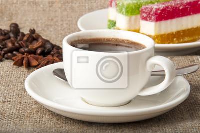 filiżanka kawy, ziaren kawy i marmoladą