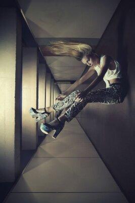 Plakat Fotografia artystyczna kobiety do góry nogami