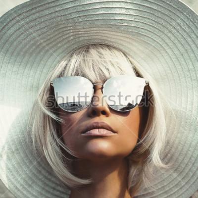 Plakat Fotografia mody odkryty młoda piękna pani w kapelusz i okulary przeciwsłoneczne. Podróż Summer Beach. Letnie wibracje