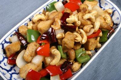 Plakat Fried orzechów nerkowca z mięsa, ziół i chilli