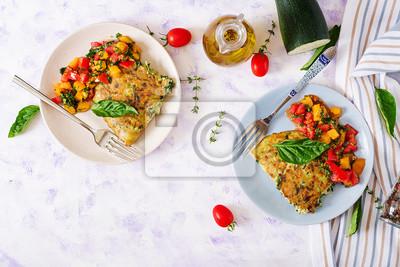 Frittata z cukinią, serem, bazylią i salsą z pomidorów. Przydatne śniadanie. Włoski omlet. Leżał płasko. Widok z góry