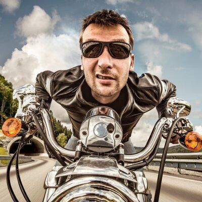 Plakat Funny Biker w okularach i skórzanej kurtce wyścigów górskich