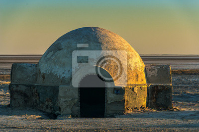 Plakat .futuristic dome building in the Sahara desert place of shooting the fourth episode of Star Wars