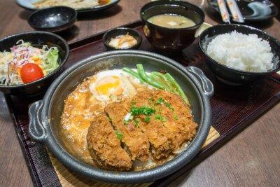 Plakat Głębokie strzały wieprzowa gotowana ze świeżych jaj góry na miskę ryżu. Podstawowym japońskie jedzenie
