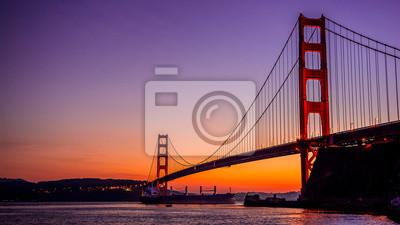 Plakat Golden Gate Bridge w San Francisco, Kalifornia, jak widać z Vista punkt w pobliżu Horseshoe Bay-California-Central Coast z super-tankowiec przejściu pod mostem.