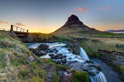 Plakat Góra Kirkjufell i Kirkjufellsfoss w Islandii po zachodzie słońca