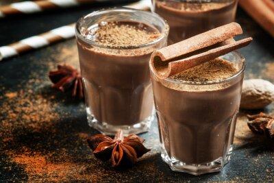Plakat Gorąca czekolada z cieczą ocieplenie zimowych przyprawy, cynamon, anyż