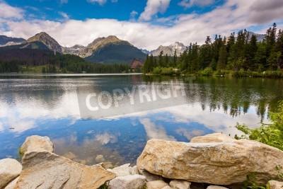 Plakat Górskie jeziora w Park Narodowy Wysokie Tatry. Szczyrbskie Pleso, Słowacja, Europa. Piękno świata.