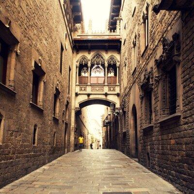 Plakat Gothic ulicy z łuku w Barcelonie, w pobliżu katedry.