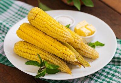 Gotowana kukurydza z solą i masłem na białej płytce