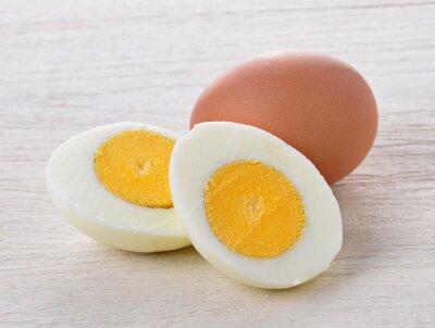 Plakat gotowane jajka wyizolowanych na białym drewnie
