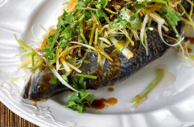 Plakat Gotowane na parze ryby i przybranie na białym talerzu porcji gotowych do spożycia