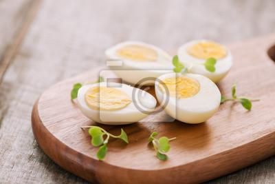 Plakat Gotowani jajka na tnącej desce. Selektywne focus, miejsce na tekst