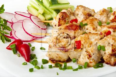 grill z kurczaka na białym talerzu z warzywami