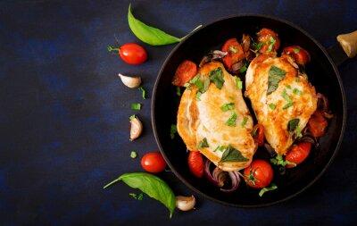 Grillowana pierś z kurczaka faszerowana pomidorami, czosnkiem i bazylią w rondlu. Widok z góry