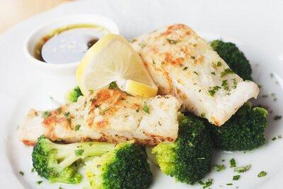 Plakat Grillowany stek z dorsza ryba z brokułami