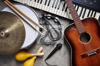 Plakat grupa instrumentów muzycznych, w tym gitara, bęben, klawiatura, tamburyn.