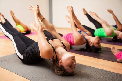 Plakat Grupa kobiet podczas zajęć jogi