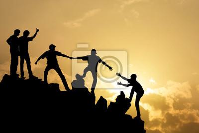 Plakat Grupa ludzi na szczyt górskiej wspinaczki pomagających pracę zespołową, s