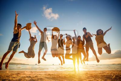 Plakat Grupa młodych ludzi skaczących