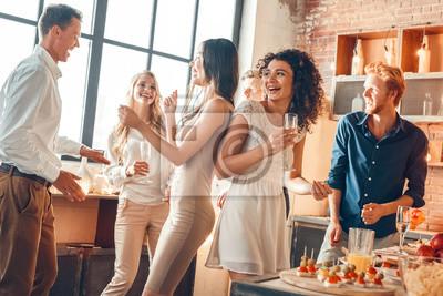 Plakat Grupa przyjaciele bawi się wpólnie indoors świętowanie