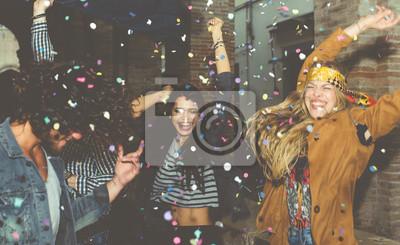 Plakat Grupa przyjaciele robi przyjęcie plenerowemu w nocy