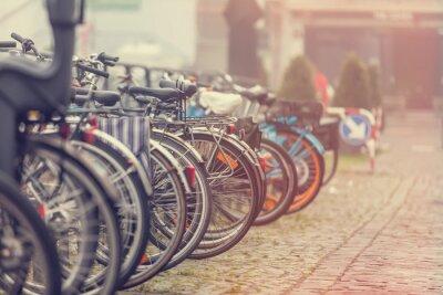 Plakat Grupa rowery w parkingu w Amsterdamie