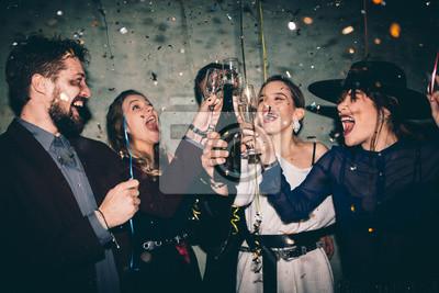 Plakat Grupa szczęśliwi przyjaciele pije szampana i świętuje nowego roku. Sylwestrowa impreza. Przyjęcie urodzinowe