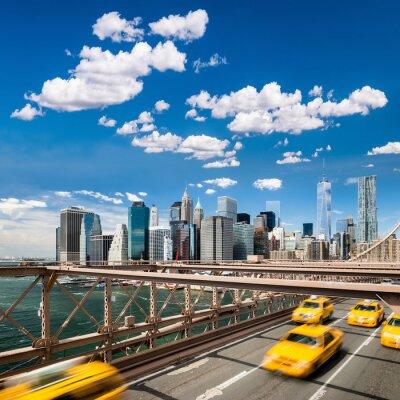 Plakat Grupa typowe żółte taksówki w Nowym Jorku na moście Brooklyn