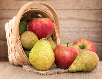 Plakat Gruszki i jabłka na stole drewna