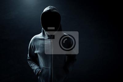 Plakat Hacker stojącego samotnie w ciemnym pomieszczeniu