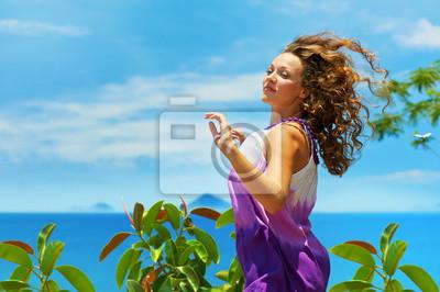 Happy młoda kobieta skoki na niebieskim niebie.