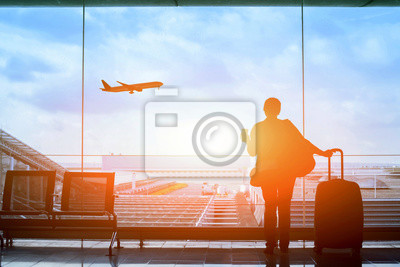 Plakat Happy Traveler czekając na lot na lotnisko, terminal wyjścia, koncepcja imigracji