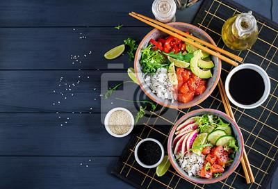 Hawajska łosoś miska z ryżem, awokado, papryką, ogórkiem, rzodkiewką, sezamem i limonką. Miska Buddy. Dietetyczne jedzenie. Widok z góry