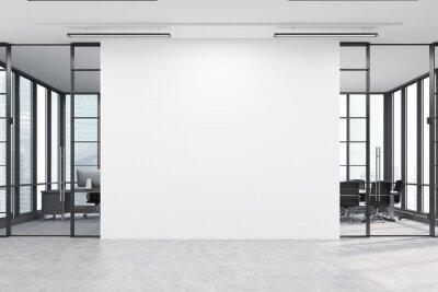 Plakat Hol biurowy z dużą białą ścianę i dwóch salach konferencyjnych