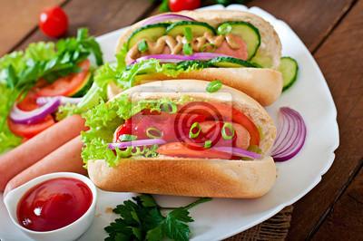 Hotdog z keczup, musztarda, sałata i warzyw