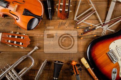 Plakat instrument w tle drewna