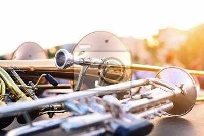 Plakat instrumenty dęte leżące na stole na niewyraźne tło