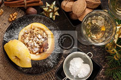 Jabłko pieczone z orzechami, miodem i płatkami owsianymi