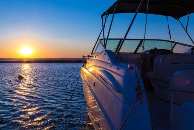 Plakat Jacht w pobliżu molo przed zachodem słońca