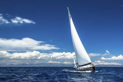 Plakat Jachty z białymi żaglami statku na otwartym morzu. Łodzie luksusowe.