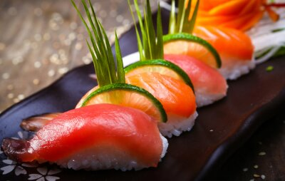 Plakat Japoński łosoś, tuńczyk sushi i sosem zbliżenie