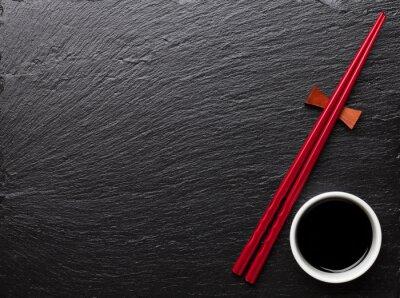 Plakat Japońskie pałeczki sushi i sos sojowy miska